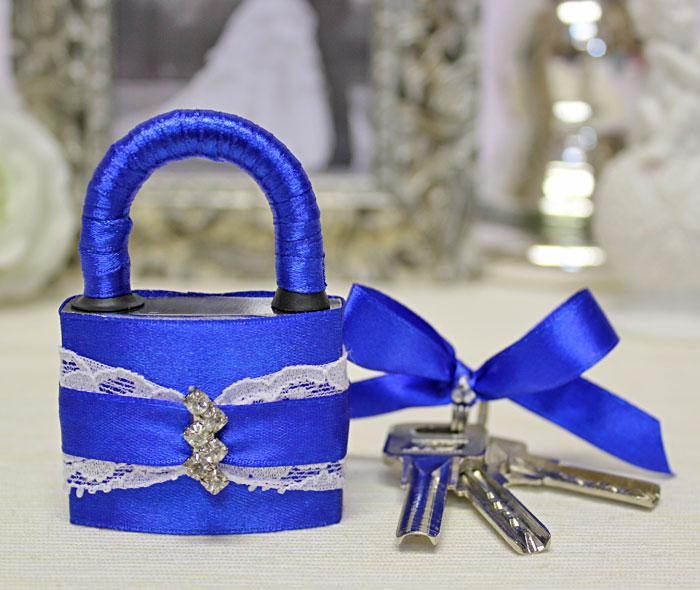 Оформить замок на свадьбу своими руками